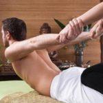 Mann bei der traditionellen Thai-Massage