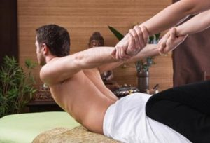 Mann bei der traditionellen Thai-Massage